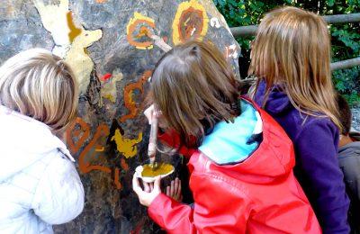 Enfants atelier peinture préhistorique